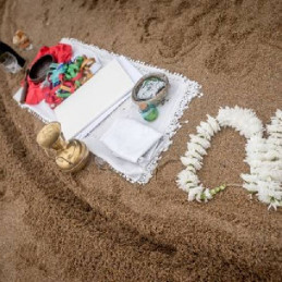 02-altar-on-the-sand-necklace-flowers-for-married